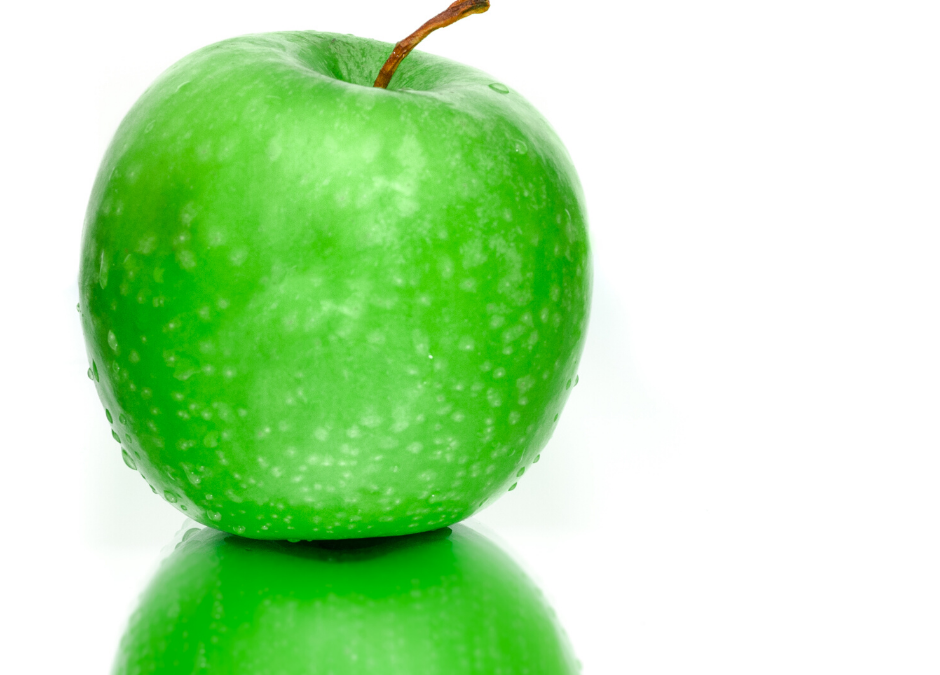 picture of a green apple with its identical reflection beneath it.